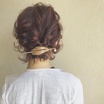 伸ばしかけのショートやボブの方にオススメしたいヘアアレンジです。バレッタや個性的な髪留めがあれば、ねじって最後を留めるだけなので簡単にアレンジできちゃいます。髪全体に、ワックスやクリームをつけてからアレンジすると不器用さんでも簡単にできちゃいます!