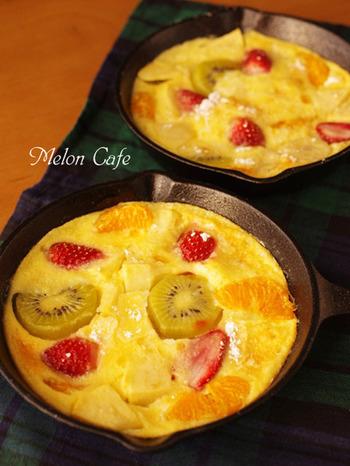 スキレットでフルーツグラタンを作るのもおすすめ。寒さも忘れる甘~いひとときを過ごしましょう。こちらは、ホットケーキミックスを使った簡単レシピ。