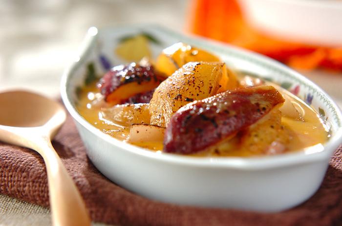 季節のフルーツをふんだんに使ったフルーツグラタンは、みずみずしくて贅沢なおいしさ。濃厚クリーミーなサバイヨンクリームを使って、こっくりとした味わいに。フルーツは甘いものと酸味のあるものを組み合わせるのがコツ。
