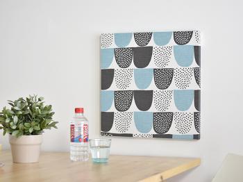 ファブリックボードは、木製のフレームに布を張ったディスプレイアイテム。  長い冬を室内で過ごすことが多い北欧の人々によって作られたのがはじまりといわれています。  好きな布を壁に飾るシンプルなものですが、布の柄によって壁の雰囲気も大きく変わりますよ。