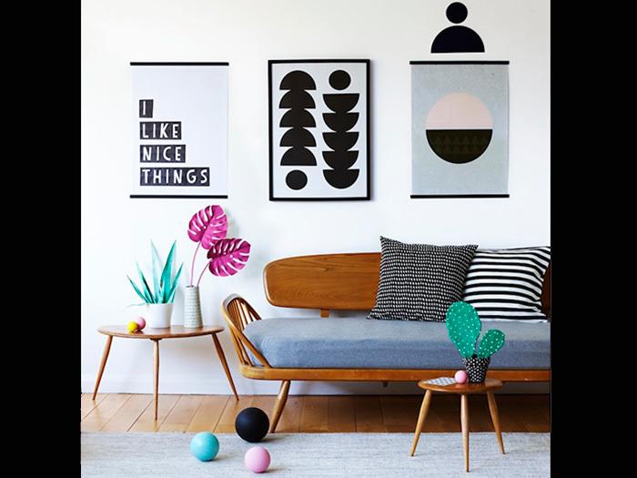 こちらのようにモノトーンのイラストやタペストリーで統一するとお部屋の印象も引き締まりますね。