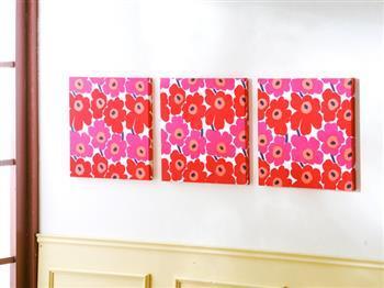 マリメッコのウニッコ柄も横に並べると、インテリアに大きなインパクトを与えられますね。  このような明るめの柄は、静かになりがちな廊下や玄関に飾るのも良さそうです。