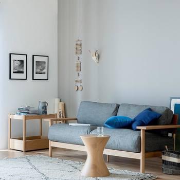 爽やかカラーのシンプルインテリア。 小さなモチーフやモノクロの写真などを飾ることで空間のシンプルさがより引き立っています。