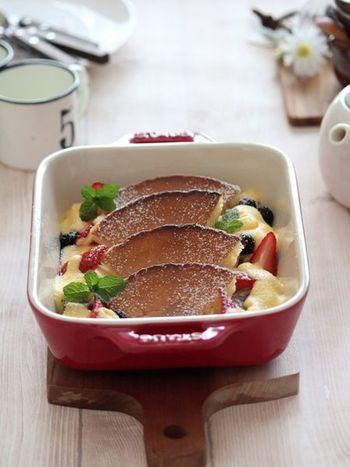 ホットケーキに、甘さを控えたカスタードをかけて焼いたフルーツグラタン。ボリュームがあり、朝食や軽食としてもいいですね。冷凍のホットケーキを解凍せずそのまま使っているとか。忙しい朝にも時短になりますね。