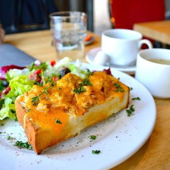 サンドイッチやトーストに使われるパンは、雑司が谷の老舗「赤丸ベーカリー」さんのものです。