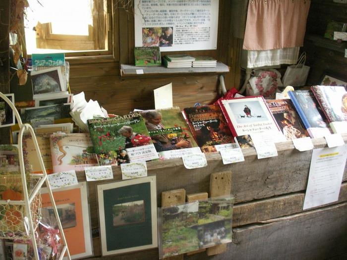 家の中ではターシャテューダーの本や絵本などが販売されています。
