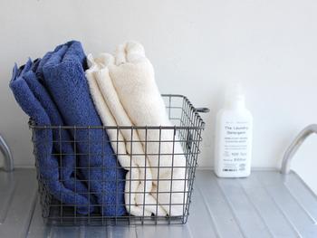 """洗顔後のタオルの使用は、肌表面の水分をタオルに移すような感じで拭き取ります。顔をこすってしまうと肌の負担になってしまうので""""やさしく""""拭き取りましょう。"""