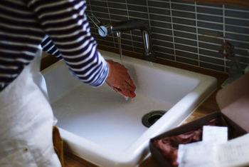 洗顔する際のお湯の温度は、触ってぬるいと感じる温度(32~33度)がベストです。身体に浴びるような40度近いお湯の温度は、肌の本来必要な油分も奪いとってしまい、肌の乾燥を招く可能性がありますので注意しましょう。