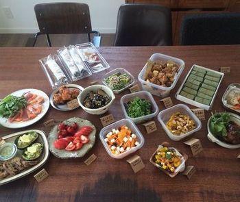 お昼ご飯に一人一品持ち寄るだけでもこんなに素敵なポットラックランチ会に!お弁当を一個作るよりもひとりの調理負担が少なくなるから、毎日でも続けられそう!