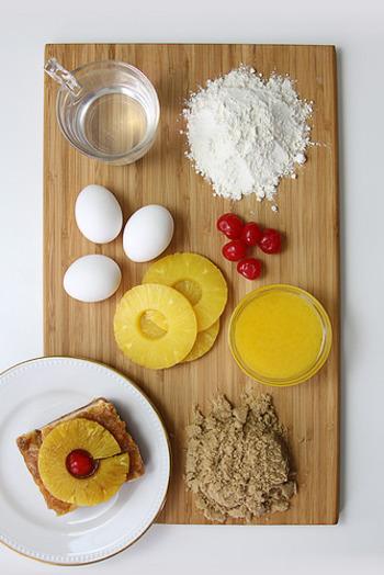 材料はこんな感じ。小麦粉・卵・砂糖などケーキのスポンジとなる材料と、お好みのフルーツを用意します。