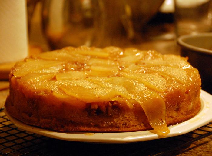 十分に冷まして型から逆さまにひっくり返せば、アップサイドダウンケーキの完成です!