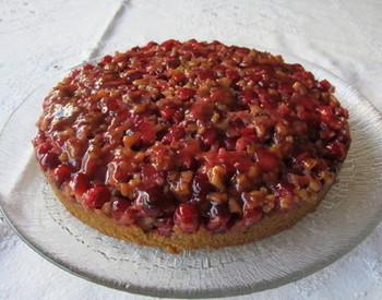 クランベリーの甘酸っぱさと胡桃の食感が楽しいクランベリーアップサイドダウンケーキ。ナッツ系を混ぜるのもいいですね。
