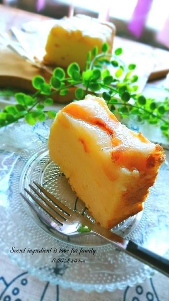桃のアップサイドダウン×チーズケーキの組み合わせも美味しい♪フルーツを何にするかだけでなく、何味のケーキにするかも考えてみて。