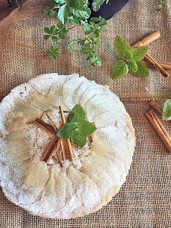 梨のアップサイドダウンケーキには、シナモンパウダーとシナモンスティックをトッピング。ひと手間加えると美味しさもグンとUPします。