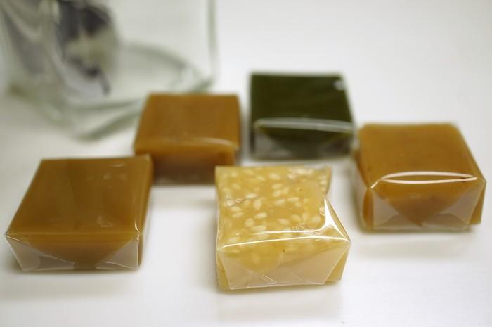 こちらの「キャラメルジャポネ」は、日本の素材を使用した珍しいキャラメルです。抹茶や黒糖、柚子ゴマ、醤油山椒などユニークなフレーバー。和の素材を活かしつつ、キャラメルと融合させた今までにない新鮮で上品な味わいに仕上がっています。気になるキャラメルをぜひ食べてみてください♪