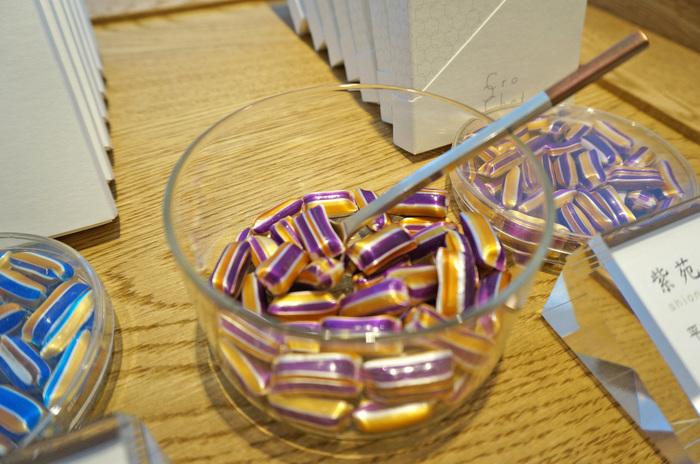 「ジュイの更紗」「蘇芳」「シェルブールの雨傘」など、ネーミングも素敵。京飴の試食もできるので、それぞれの飴の味を確かめてから購入できます。紫と黄色のコントラストが美しい「紫苑」は、ほっとする黒糖味。