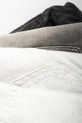 「ノンウォッシュの綺麗な濃紺をなるべく長く楽しみたい」「ホワイトジーンズをいつまでも真っ白な状態で維持したい」など、デニムに愛着のある方は、洗濯の仕方にもやっぱりこだわりたいはず。お手入れの手間を惜しまない丁寧さんは、ぜひ以下の方法も併せて試してみて下さい。