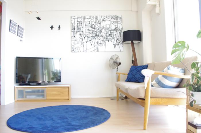 白を基調としたシンプルなお部屋に、鮮やかなブルーのラグがよく映えます。原色のラグは敷くだけで、お部屋の雰囲気をガラリと変えてくれますね。クッションにもブルーを取り入れて統一感をアップ!