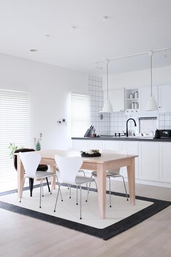 額縁のようなデザインのラグは、黒があることで空間が引き締まります。白を基調としたお部屋のところどころに黒のインテリアをプラスして大人の雰囲気に。