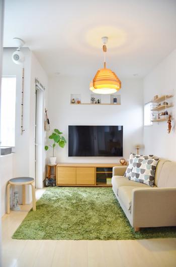 グリーンのラグは、ナチュラル系のお部屋にも馴染みやすく、お部屋を癒しを与えてくれるカラー。芝生のようなグリーンで、シンプルなお部屋が明るい雰囲気に。