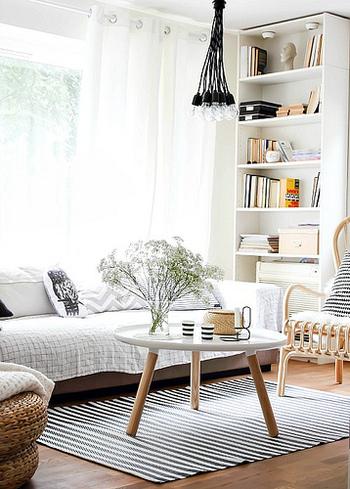 モノトーンのラグはお部屋をモダンな雰囲気にしてくれます。ハッキリとした印象になるので、いろんな色を使いすぎず、シンプルに仕上げるのが上手くまとめるコツです。