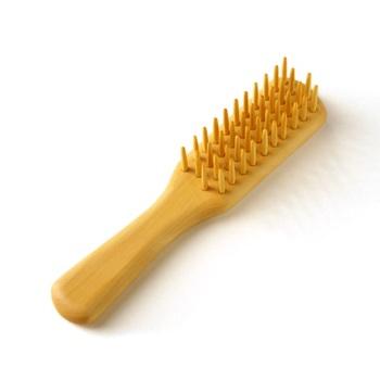 国産のつげを使用した『ヘアブラシ』。固い素材なので長い髪の毛が絡まることもありません。椿油をしみこませているので、髪通りもなめらかです。