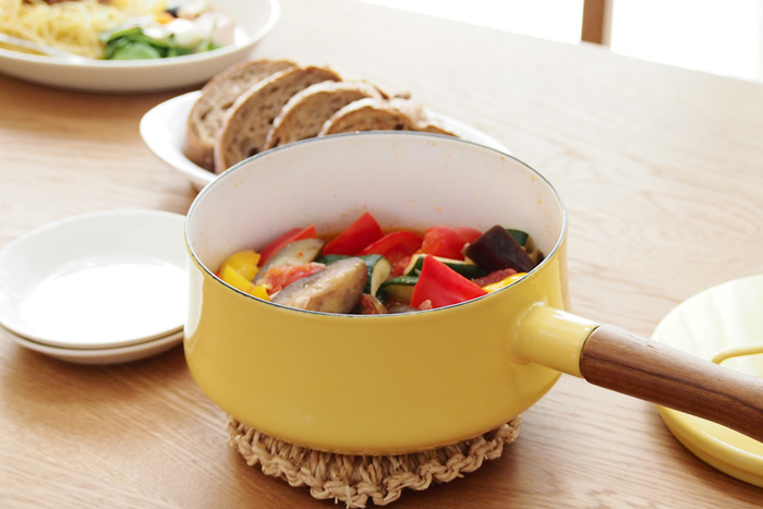 チーク材のハンドルがついた片手鍋は、★茹でた野菜をざるに移したり、煮込んだ料理を丼に移すなどフットワークの軽さが魅力。毎日の料理に無くてはならないアイテムです。 劣化が気になる木製ハンドルはネジ式になっているので、お手入れする時には取手を取り外して隅までしっかり洗うことができます。