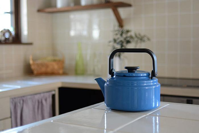 キッチンでお湯を沸かす時には、たっぷり容量のやかんが便利。 野田琺瑯らしい美しいカラーのやかんは、キッチンに置いてあるだけで調理が楽しくなりそうです。