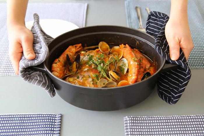 オーバル型のココットは、魚まるごとやお肉の塊などを煮込むときに便利。 見ているだけでうっとりするような美しい鍋は、出来たてを食べてもらいたいおもてなし料理にもピッタリですね!