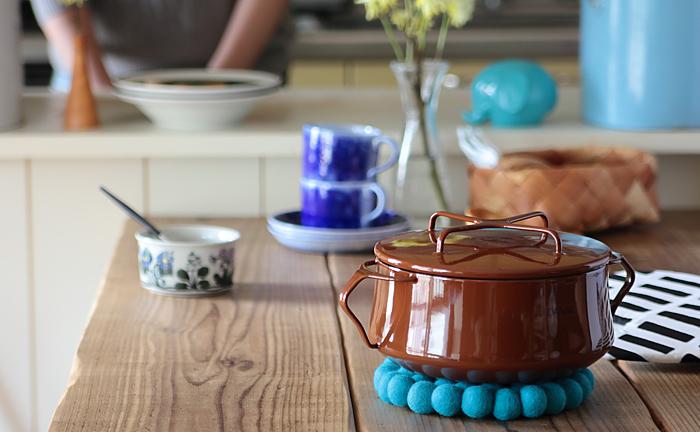 世界中で高い人気を誇るコベンスタイル2は、1956年に発表されたデザインを復刻したヴィンテージスタイル。そのままテーブルに出せるオシャレなフォルムは、使わない時にもキッチンに並べておきたくなるほどです。 フタのツマミや鍋の取手まで、全てホーローでできているので、お鍋を丸ごとオーブンに入れることもできるんです♪