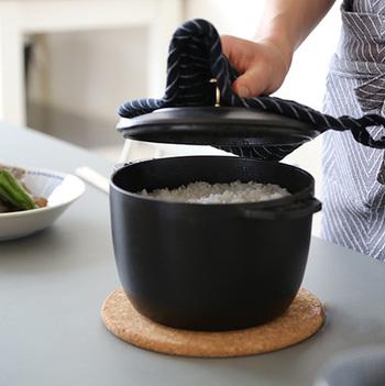昔の土鍋釜のような鍋は、お米炊き専用に作られた「La Cocotte de GOHAN(ラ ココット de ゴハン)」。 火を止めて高温状態で蒸らすところまで考えられたご飯専用鍋は、ホカホカの炊きたてご飯を食卓でよそう贅沢なお食事を楽しませてくれます。