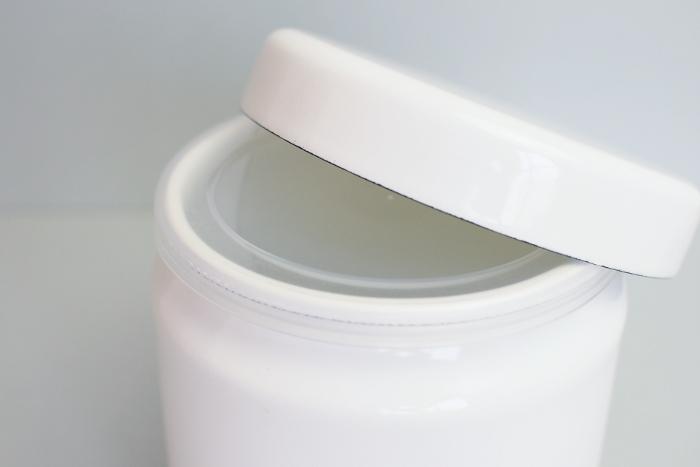 湿気や乾燥を防ぎたい乾物の保管には、茶筒のような形をした「TUTU」がおすすめです。 シール蓋の上から琺瑯製の蓋をかぶせるスタイルで、調味料やパスタなどの保存にピッタリ◎