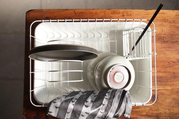 こちらは、倉敷にある雑貨メーカーが企画したディッシュラック。そのトレイ部分を野田琺瑯が製造しました。 ディッシュラックのトレーは水垢がついて汚れやすいですが、汚れを落としやすく菌が繁殖にしくいホーロー製なら、いつでもキレイに保つ事ができますね。