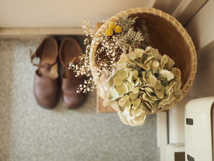 朝、靴を履くとき、帰ってきて脱ぐときも、玄関で飾ってあるドライフラワーのおかげで穏やかな気分になれそうです。