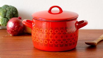 フィンランドの琺瑯メーカーFINEL社の北欧らしいレトロな花模様と、ふっくら丸みを帯びた胴体が可愛いヴィンテージのホーロー鍋。 フィンランドの三大デザイナーの1人、Kaj Franck(カイ・フランク)デザインの赤い両手鍋は、見惚れるほどの存在感♪