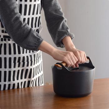 ずっしりとした鋳物鉄製の鍋は、一般的な鍋に比べて重量があります。 フタに重みがあり本体の内側にすっぽり収まるデザインなので、吹きこぼれしにくく、ご飯を炊いたりしっかり熱を通したい煮物料理が美味しく仕上がります。