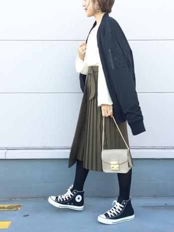 こちらはプリーツスカートとラップスカートがドッキングしたような、ユニークなデザインが印象的です。MA-1とコンバースのカジュアルな組み合わせが、とってもお洒落ですね♪バッグやアクセサリーなど、上品な小物使いもお手本にしたいコーディネートです。