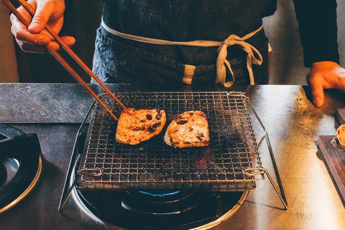■足付き焼き網  安定してコンロの上で調理しやすい「辻和金網の足付き焼き網」はしっかりとした足がついていてとても便利。野菜や干物はもちろん、パンやお餅も直火で焼くといっそう美味しくなりそう。じっくりコンロの前で焼いている時間も素敵ですね。