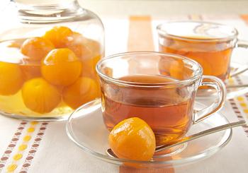 シロップ煮にした旬のきんかんを、ホットドリンクに。体にものどにも優しく、肌寒い季節の健康におすすめの元気なフルーツティーになります。甘さも控えめで、朝食などに登場することが多くなりそうですね。