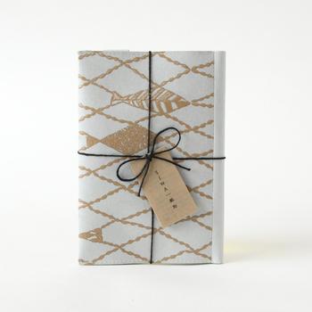 ▪️ SIWA|紙和(シワ) SIWA×urushi ブックカバー ミナ ペルホネン  モダンなデザインのこちらのブックカバーは、和紙にパルプの繊維をあわせることで耐久性が強化された「ナオロン」という素材が使われています。使えば使うほど味わいが出るんだそうですよ。