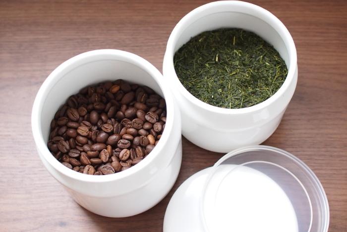 珈琲豆や茶葉の香りは、美味しさの大切な要素。2重蓋でしっかり密閉する「TUTU」なら、美味しい香りを逃さず、他の食品のニオイを吸収してしまうこともありません。 冷蔵庫の扉ラックにスッキリ収まるサイズ感も使いやすい!