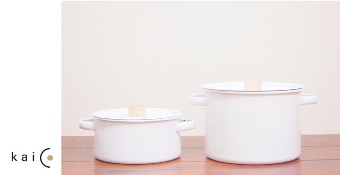 日本の生活に馴染む良質なホーローの道具を作りたい。そんなポリシーで作られたのがkaicoのホーロー鍋。 広くて洗いやすい開口部、持ちやすく熱くならない蓋の木製ツマミなど、高い性能を素直に表現した鍋は、ムダがなくシンプルそのもの。ホーローの機能に加えて、使い勝手の良さを追求したデザインです。