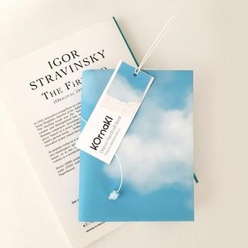 ▪️komaki 青空ブックカバー BOOK COVER BLUE SKY  一面にきれいな青空が広がるこんなブックカバーなら、さわやかな気分で読書を楽しめそう。紙に凹凸をつける「エンボス加工」がほどこされていて、丈夫で高級感のある仕上がりです。
