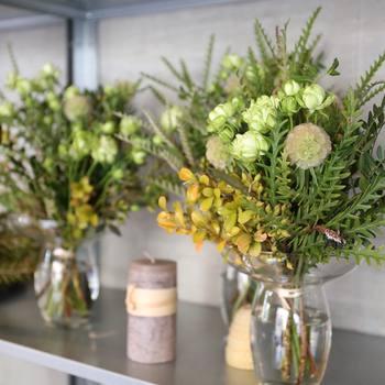 鮮やかなお花が沢山のブーケも素敵だけれど、たまには「葉もの」がメインのブーケを飾ってみるのも良いのではないでしょうか。季節ごとに旬のグリーンを取り入れて日々を過ごすのも良いですね。