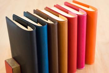 ▪️Philosophii Leathers 【文庫本サイズ】革のブックカバー しおり付き(全7色)  年齢や性別問わず長く愛用できる、落ち着いたカラーの牛革のブックカバーです。注文時にお願いすれば名前やイニシャルを刻印してもらえるということで、自分だけのブックカバーが欲しい人にも。