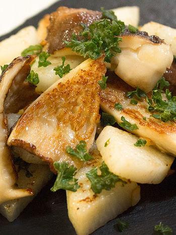 ガーリックとバターが効いた濃厚な長芋レシピ。 お酒のおともにもぴったりです。