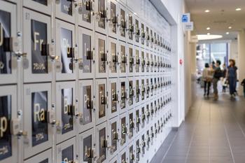旅行先で、なかなか開いていないコインロッカー。 『ecbo clock (エクボクローク)』は、カフェやお店の空いているスペースに コインロッカーと同料金で荷物を預けられるというサービスです。