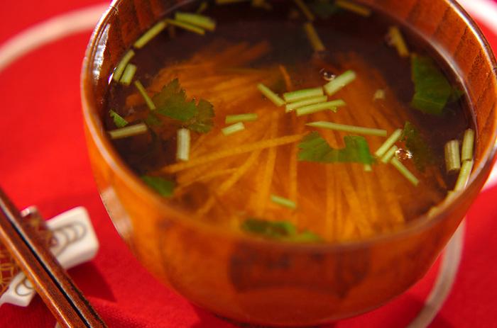 梅干しペーストの酸味が効いたしょうゆベースの汁ものレシピ。 千切りのあっさりした長芋が良く合います。
