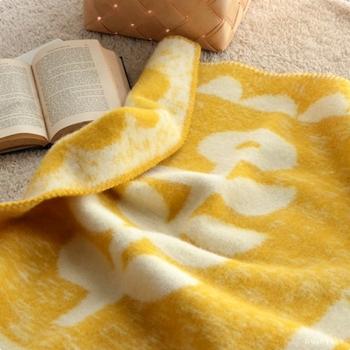 床に寝そべってくつろぎたいときには、肌触りのなめらかなブランケットを1枚敷くと心地良さもアップ。ラグやカーペットでは味わえない心地よさに、思わずゴロゴロしちゃいます。