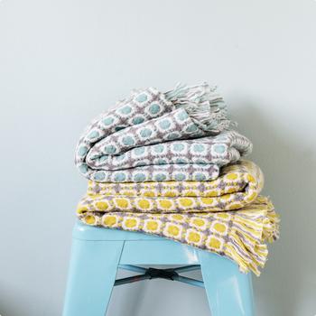 ■ラムウール シングルブランケット CORONA  フィンランドの伝統的な織りのデザインをモチーフにしたブランケットは、使う人を優しく包み込んでくれるような可憐な色とデザイン。女性の心をつかむ、かわいらしい魅力にあふれています。